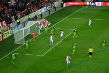 Fotbaloví fanoušci v Edenu viděli pět gólů. Mladoboleslavští  za šest minut před koncem dali dva