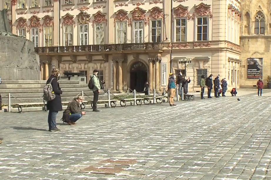 Pietní místo na Staroměstském náměstí ještě zůstane